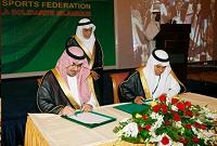 صاحب السمو الملكي الأمير نواف بن فيصل رئيس مجلس إدارة الإتحاد الرياضي للتضامن الإسلامي يوقع مذكرة تفاهم مع العضو المنتدب.
